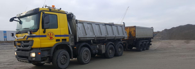 Den ene af vores lastvogne med anhængere - ring til os på tlf.64 88 11 17
