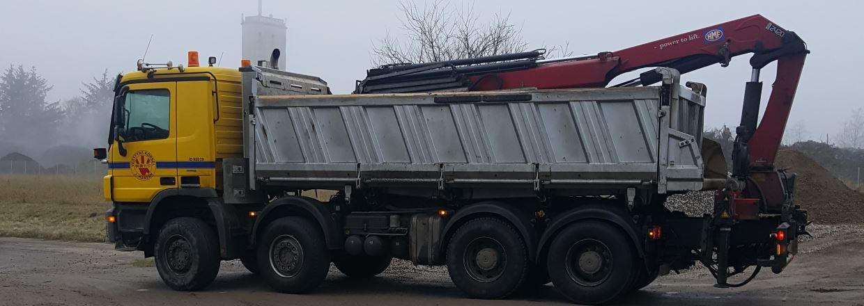 Lastvogn med grab til transport af granitskærver, grus, perlesten mm.
